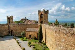 Hof von Montalcino-Festung in Val d 'Orcia, Toskana, Italien stockbild