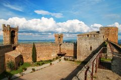 Hof von Montalcino-Festung in Val d 'Orcia, Toskana, Italien stockfotografie