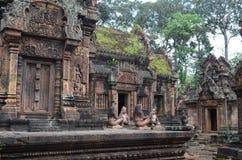 Hof von Tempel Banteay Srei Stockfotos