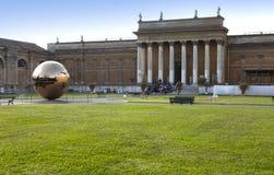 Hof werf in Vatikaan Beeldhouw voor het gerecht de bolwerf op 20 September, 2010 in Vatikaan, Rome, Italië Royalty-vrije Stock Afbeelding
