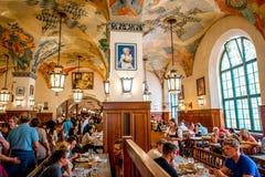 Hofbrauhaus inre i Munich Arkivbild