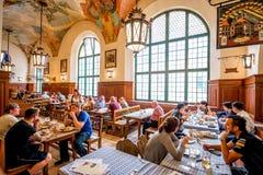 Hofbrauhaus inre i Munich Arkivbilder