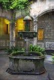 Hofbrunnen in einem Garten in Barcelona-Stadt lizenzfreies stockbild