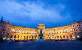 Hofburg imperialistisk slott på natten, Wien Arkivbild