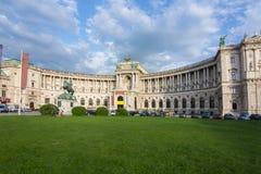 Hofburg slott och staty av prinsen Eugene, Wien, Österrike royaltyfri bild