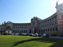 Hofburg slottsikt från Michaelerplatz, Wien, Österrike Habsburg väldegränsmärke i Vien, berömd och härlig byggnad, sommar arkivfoton