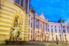 Hofburg statuy w fontannie na fasadzie St Michael W obraz stock
