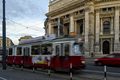 Hofburg-Theater mit beweglicher Tram Lizenzfreie Stockfotos