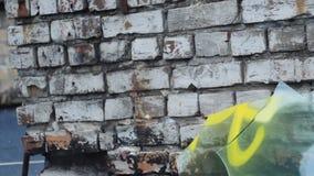 Hoffen Sie, die Vorschlaghammerbrüche das Glas, eine Illustration von eine defekten Hoffnung 60 fps stock video