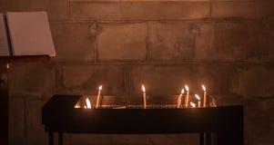 Hoffnung und Frieden mit brennenden Kerzen in einer Kirche Stockfotos