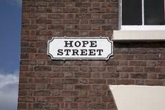 Hoffnungs-Straßenschild auf Wand des roten Backsteins, Liverpool Stockfotos