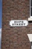 Hoffnungs-Straßenschild auf Wand des roten Backsteins, Liverpool Stockbilder
