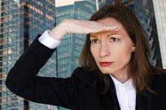 Hoffnungsfrau, die vorwärts mit der Hand im Stirnbüro Unternehmensleiter schaut stockbild