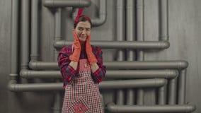 Hoffnungslose Hausfrau hat viel Hausarbeit, zu tun stock footage