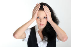 Hoffnungslose junge Geschäftsfrau unter Druck mit den Händen auf Tempeln Lizenzfreies Stockbild