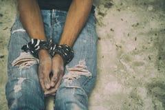 Hoffnungslose Mannhände gebunden zusammen mit Seil lizenzfreie stockfotografie