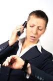 Hoffnungslose und betonte Frau mit einem Telefon Lizenzfreies Stockfoto