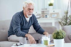 Hoffnungsloser älterer Mann, der Übelkeit hat stockfotos