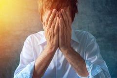 Hoffnungsloser deprimierender Geschäftsmann, Hände, die Gesicht bedecken Stockfotografie