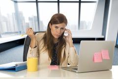 Hoffnungsloser Geschäftsfrauleidendruck am Bürolaptopcomputertisch Stockbilder