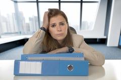 Hoffnungsloser Geschäftsfrauleidendruck und -kopfschmerzen am Schreibtisch, der gesorgt schaut Stockbilder