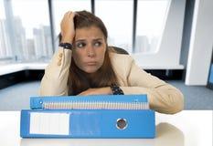 Hoffnungsloser Geschäftsfrauleidendruck und -kopfschmerzen am Schreibtisch, der gesorgt schaut Lizenzfreie Stockfotografie