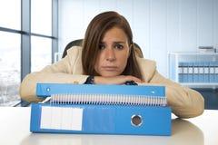 Hoffnungsloser Geschäftsfrauleidendruck und -kopfschmerzen am Schreibtisch, der gesorgt schaut Stockfotos