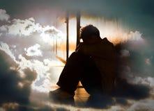 Hoffnungsloser Mann auf surrealem drastischem Himmel Stockfoto