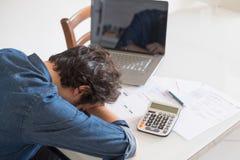 Hoffnungsloser Mann, der versucht, Lösung für Steuern und Rechnungen zu finden lizenzfreie stockfotos