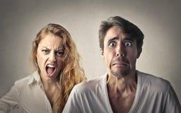 Hoffnungsloser Mann und seine Freundin, die in Richtung zu ihm schreit Stockbilder