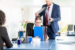 Hoffnungsloser und betonter Assistent im Büro Stockbilder