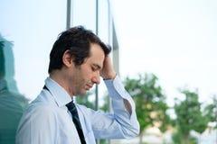 Hoffnungsloser und betonter Geschäftsmann, der schlecht sich fühlt Lizenzfreies Stockbild