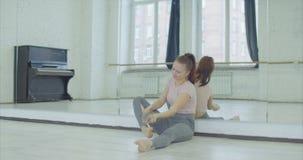 Hoffnungsloser weiblicher Tänzer, der Ballettschuhe wegwirft stock footage