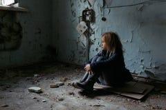 Hoffnungsloses Mädchen, das auf dem Boden sitzt Stockfotos