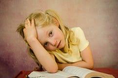 Hoffnungsloses Mädchen mit offenem Buch Stockfotografie