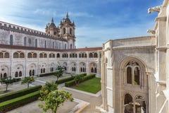 Hofgarten des katholischen Klosterturms im Hintergrund lizenzfreie stockbilder