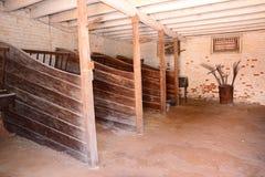 Hofspferd und Bauernhofstall lizenzfreies stockbild