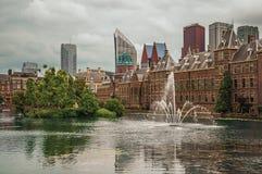 Hofvijver jezioro z Binnenhof Gockimi rządowymi drapaczami chmur w Haga i budynkami Zdjęcia Royalty Free