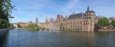 Hofvijvervijver met Binnenhof complex in Den Haag, Nederland Royalty-vrije Stock Foto's