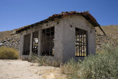 Hogar abandonado en campo Foto de archivo libre de regalías