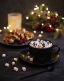 Hogar acogedor de los waffels del marshmellow del cacao de las velas del hugge belga de la Navidad fotografía de archivo libre de regalías