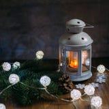 Hogar acogedor del invierno Linterna, vela, guirnalda Fotografía de archivo libre de regalías