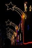Hogar adornado con las luces de Navidad imagenes de archivo