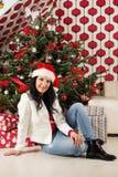 Hogar alegre de la mujer de la Navidad Fotos de archivo libres de regalías