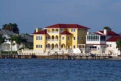Hogar amarillo de la línea de costa. Fotografía de archivo