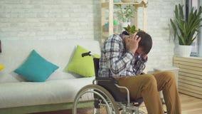 Hogar autístico masculino adulto del ajuste del pánico de la silla de ruedas de la persona discapacitada almacen de video