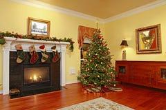 Hogar cómodo con el árbol de navidad Fotos de archivo libres de regalías