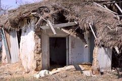 Hogar Casa vieja del abobe del daño fotos de archivo libres de regalías