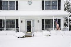 Hogar colonial blanco en tormenta de la nieve Fotos de archivo