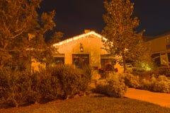 Hogar con las luces de la Navidad Fotografía de archivo libre de regalías